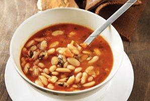 Griechische Fasoulada Bohnen Suppe
